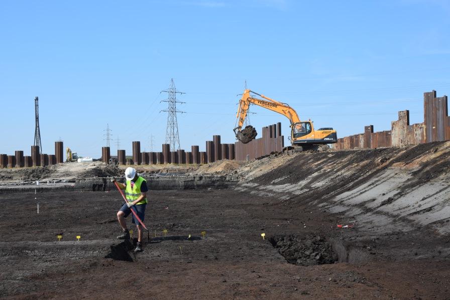 Archeoloog aan het werk in Kerkhove. Hier wordt in 2017 een nieuwe stuw gebouwd