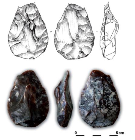 paleolithische vuistbijl gemaakt uit een kern, aangetroffen in Beernem (W-Vl) ©GATE
